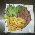 faux filet grillé frites salade